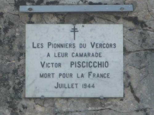 •Walperschvyler Paul ou Walperswiller (J L P 23 ans, p 325). Il fit parti des blessés de la grotte de la Luire, les plus gravement atteint, car achevés à quelques dizaines de mètres de la grotte. Selon les pionniers du Vercors, il fit parti du troisième groupe civil constitué à Méaudre en nov 43. Il est enterré à la nécropole de Saint Nizier. Il était caporal. Son corps est découvert dans le charnier, et exhumé le 12 septembre 1944 avec l'aide d'allemands prisonniers. Selon Paul Jansen (Revue les Pionniers du Vercors, n°75, juin 91) Blessé à Saint Nizier ?